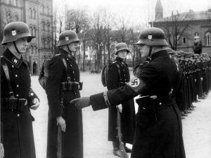 Oddziały SS - symbol znajduje na hełmach żołnierzy
