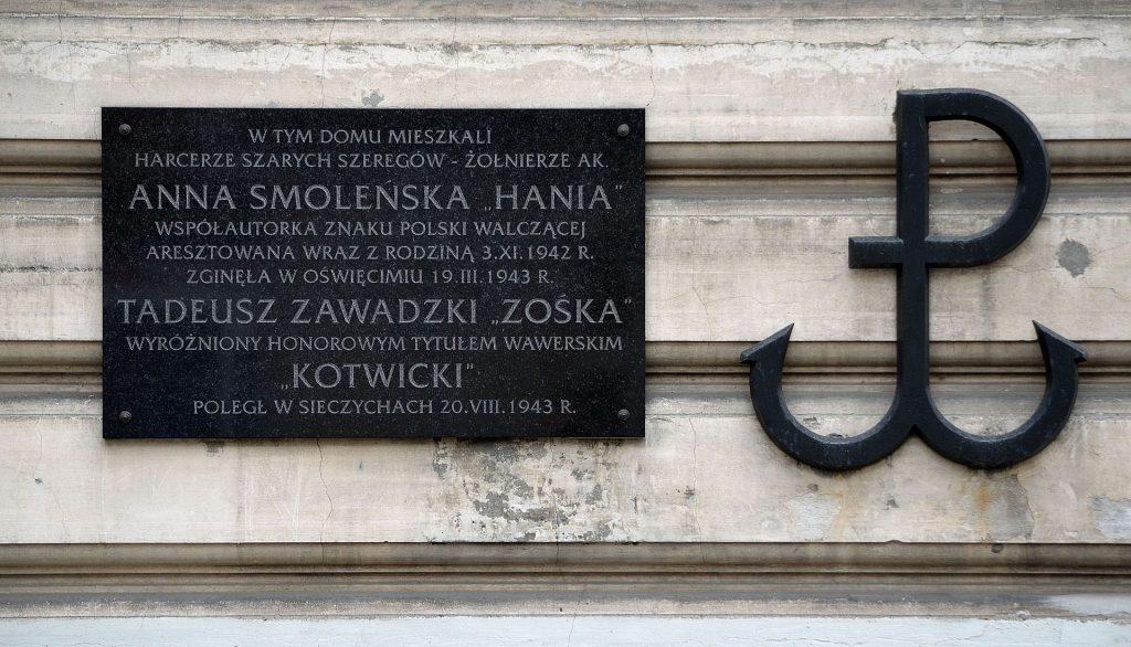 Tablica pamiątkowa - ul. Koszykowej 75 w Warszawie - dotycząca Harcerzy: Anny Smoleńskiej i Tadeusza Zawadzkiego