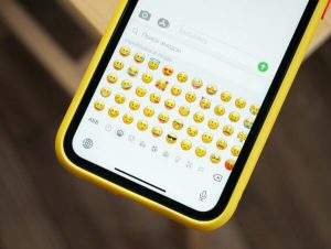 Lista emoji na telefonie podczas wysyłania wiadomości