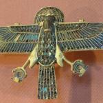 Horus trzymający pierścień shen.